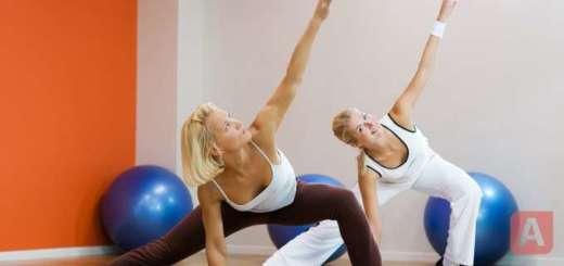Девушки делают упражнения