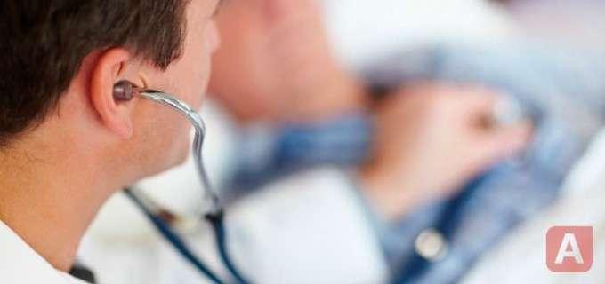 Врач проверят наличие воспаления аппендикса