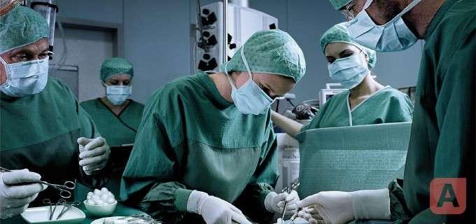 Врачи удаляют аппендицит