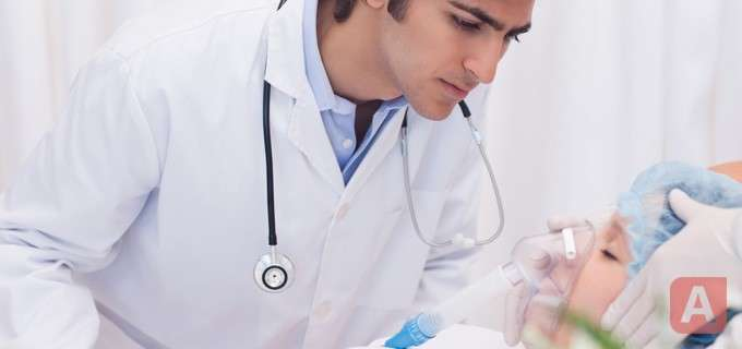врач делает анастезию пациенту