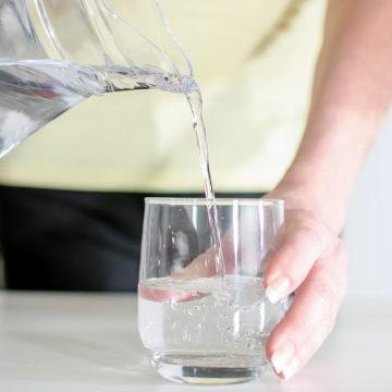 Пейте воду для облегчения симптомов инфекции мочевыводящих путей (ИМП)